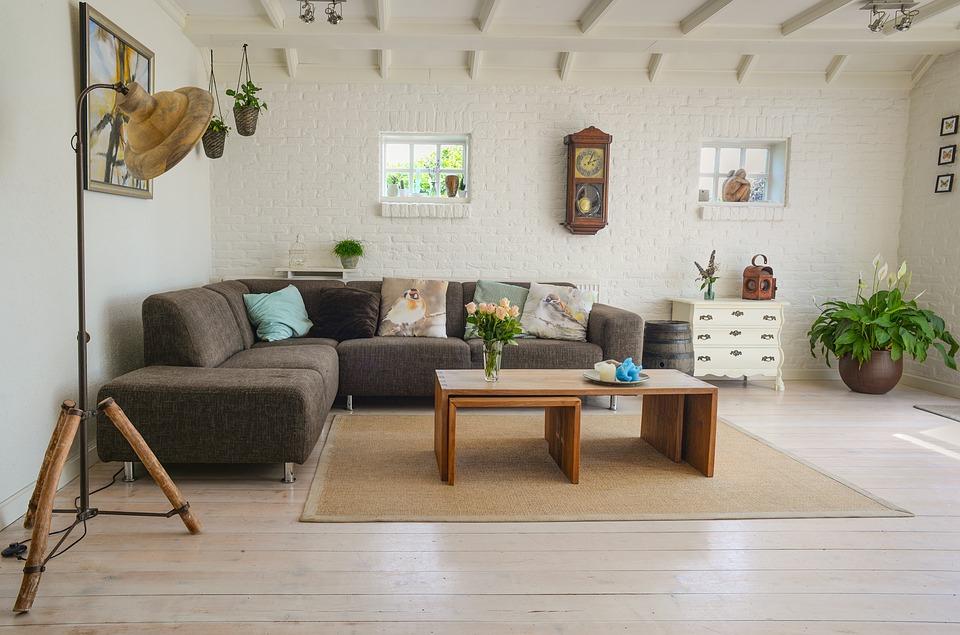 Comment enlever rapidement une tâche sur un canapé en tissu?